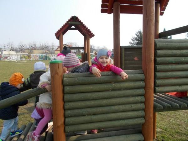 Dzieci na placu zabaw 2