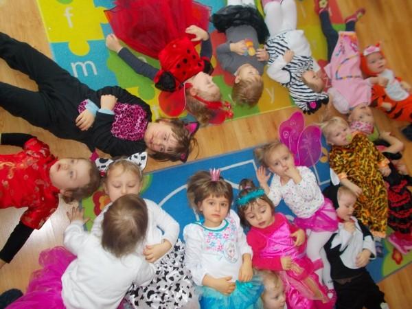 Dzieci leżące w okręgu