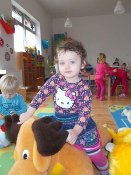 Dziecko na pluszowym łosiu